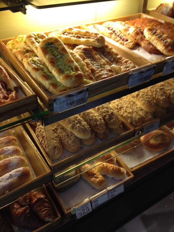 CHINESE BAKERIES GALORE. Carbs in my tummy nowz.